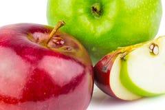 Ny gräsplan och röda äpplen Arkivbilder