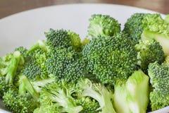 Ny grön broccoli för sunt på den vita maträtten Arkivbild