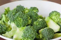 Ny grön broccoli på den vita maträtten Royaltyfri Bild