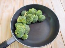 Ny grön broccoli på pannan, träbakgrund Royaltyfria Foton