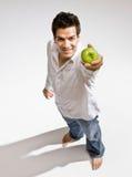 ny grön holdingman för äpple barfota arkivfoto