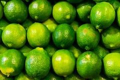 Ny grön limefrukt på en livsmedelsbutikmarknad royaltyfri bild
