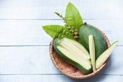 Ny gr?n mango och gr?n sidakorg - frukt f?r mangoskivasommar arkivfoton