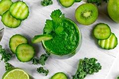 Ny grön smoothie med grönkål, gurka, limefrukt, äpple, persilja på det vita brädet Royaltyfria Foton