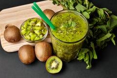 Ny grön smoothie med kiwin och mintkaramellen Förälskelse för ett sunt råkostbegrepp äta som är sunt royaltyfria bilder