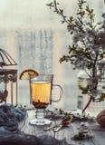 ny grön tea Tekopp med det gröna tebladet på trätabellen Tea med citronen Arkivbild