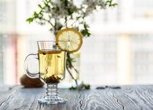 ny grön tea Tekopp med det gröna tebladet på trätabellen Tea med citronen Royaltyfri Bild