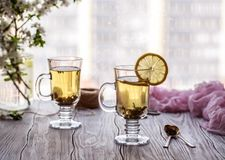ny grön tea Tekopp med det gröna tebladet på trätabellen Tea med citronen Arkivfoto