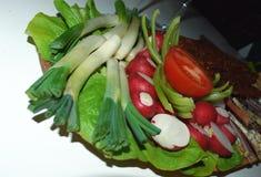 Ny grönsak på trätabellen Banta och att laga mat arkivbild