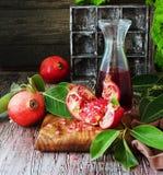 Ny granatäpplen och fruktsaft, selektiv fokus Royaltyfria Bilder