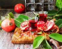 Ny granatäpplen och fruktsaft, selektiv fokus Arkivbild