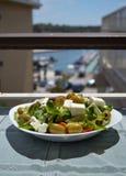 Ny grekisk sallad på en vit platta i solen Royaltyfria Foton