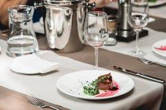 Ny grillad biff och sås för bbq-steknötkött på en vit platta med det gröna bladet av sallad soppasås litet tillbringareexponering Royaltyfria Bilder