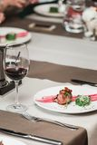 Ny grillad biff och sås för bbq-steknötkött på en vit platta med det gröna bladet av sallad soppasås litet tillbringareexponering Arkivfoton