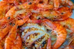 Ny grillad räkor och bläckfisk på maträtten, räkor arkivfoto