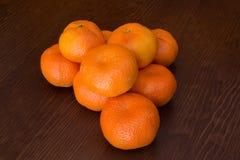 Ny grupp av mandarines i en träbakgrund fotografering för bildbyråer