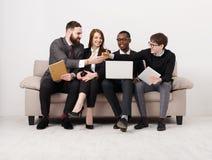 Ny gruppmedlem, handshaking för affärsfolk Arkivbild