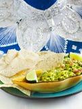 Ny guacamole med havretortillachiper arkivfoton