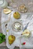 Ny gul päron och ost Royaltyfri Fotografi