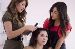 Ny hairstylist i utbildning royaltyfri bild