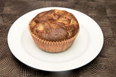 Ny hand - gjorda muffin på mörk träbakgrund Royaltyfri Fotografi
