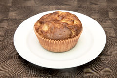 Ny hand - gjorda muffin på mörk träbakgrund Royaltyfri Foto