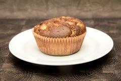 Ny hand - gjorda muffin på mörk träbakgrund Arkivbilder