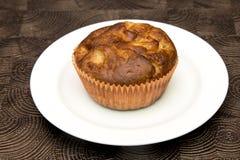 Ny hand - gjorda muffin på mörk träbakgrund Royaltyfri Bild