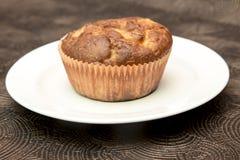 Ny hand - gjorda muffin på mörk träbakgrund Arkivbild