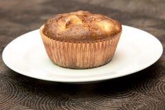 Ny hand - gjorda muffin på mörk träbakgrund Arkivfoton