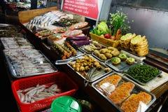 Ny havs-, fyllt, ställde Salt-fisken in, bröd, paprikor, grönsaker till salu visat på räknaren, gatamarknad på natt royaltyfria bilder