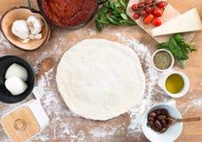 Ny hem- gjord pizza royaltyfria bilder