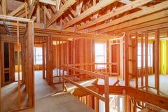 Ny hem- konstruktion med trähusramen Royaltyfri Bild