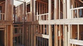 Ny hem- konstruktion på timmerram en byggnad för ny utveckling lager videofilmer