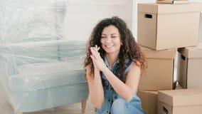 Ny hem- lycklig tangent för ung dam egen lägenhet