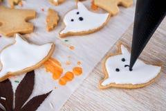 Ny hemlagad dekorera halloween efterrätt med spöken arkivfoto