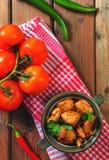 Ny hemlagad feg curry med kyligt i keramisk bunke för tappning arkivbilder