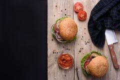 Ny hemlagad hamburgare-, tomat- och zucchinizucchinisås, kökkniv på träbräde Mörkt bakgrunds- och kopieringsutrymme Royaltyfri Foto