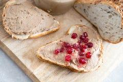 Ny hemlagad kanin för pate för feg lever, gås med tranbärsås Rostat bröd med pate royaltyfria bilder