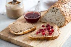 Ny hemlagad kanin för pate för feg lever, gås med tranbärsås Rostat bröd med pate arkivbilder