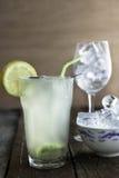Ny hemlagad lemonad med exponeringsglaset och maträtten av iskuber royaltyfria bilder