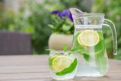 Ny hemlagad lemonad med is och mintkaramellen royaltyfria foton