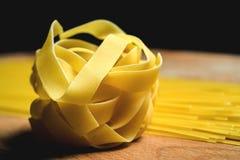 Ny hemlagad pasta mot en bakgrund Royaltyfri Fotografi