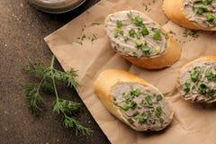 Ny hemlagad pate för feg lever med gräsplaner på bröd på en mörk bakgrund ovanför sikt royaltyfria bilder