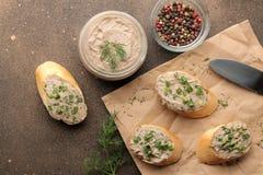 Ny hemlagad pate för feg lever med gräsplaner på bröd på en mörk bakgrund ovanför sikt royaltyfri foto