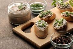 Ny hemlagad pate för feg lever med gräsplaner på bröd på en mörk bakgrund En smörgås fotografering för bildbyråer