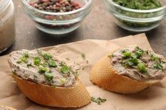 Ny hemlagad pate för feg lever med gräsplaner på bröd på en mörk bakgrund En smörgås Närbild arkivfoto