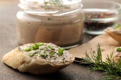 Ny hemlagad pate för feg lever med gräsplaner på bröd på en mörk bakgrund En smörgås Närbild fotografering för bildbyråer