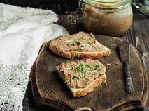 Ny hemlagad pate för feg lever på rostat bröd royaltyfri bild