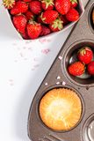 Ny hemlagad stekhet muffin för matbegrepp och lösa strawberrys Arkivfoto